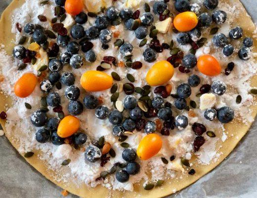 pizza dolce con frutta
